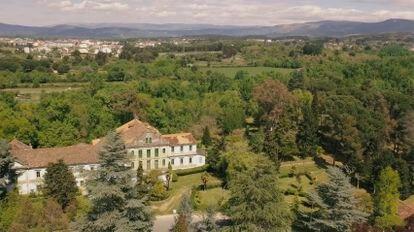 El Hotel Balneario de Cabreiroá, construido en 1907, gozó de gran aceptación hasta la Guerra Civil. En 1961 cerró sus puertas de forma definitiva.