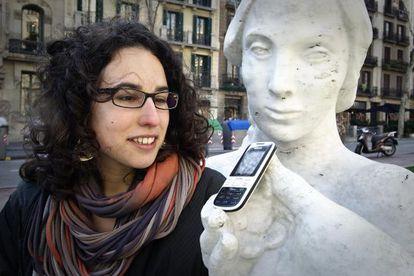 Alba García, con su móvil para hablar y escuchar.