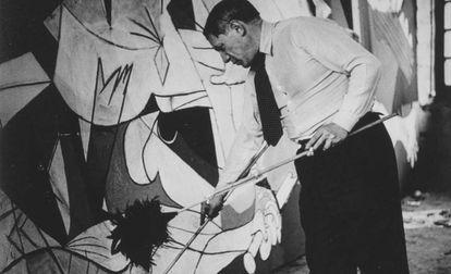 Picasso, fotografiado por Dora Maar mientras trabaja en el 'Guernica'.