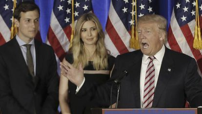 Donald Trump con su yerno Jared Kushner y su hija Ivanka