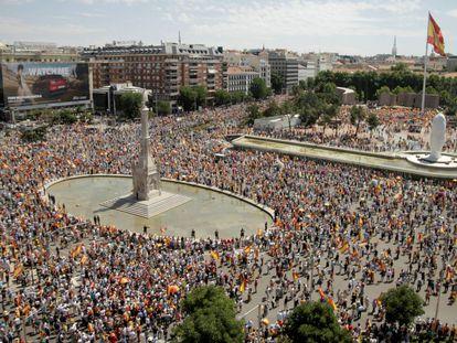 Miles de personas durante la protesta en la plaza de Colón, este domingo.