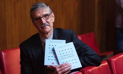 El médico de familia, Francisco Rallo, muestra un par de ejemplares de su libro con fines solidarios.