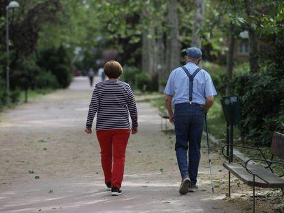 Una pareja camina durante la franja horaria permitida para su edad.
