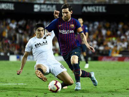 Messi domina el balón ante Carlos Soler.