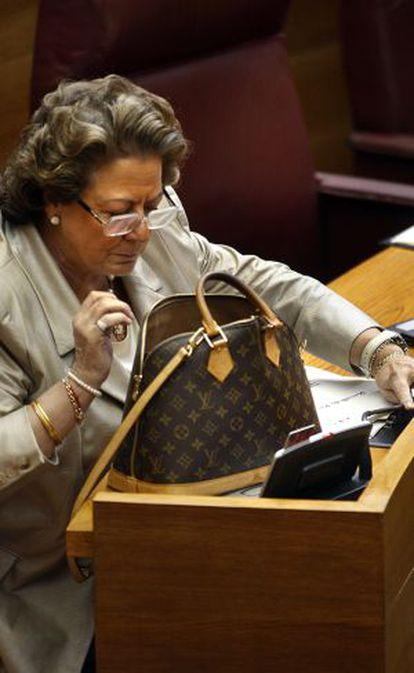 Rita Barberá, alcaldesa de Valencia, con un bolso de Louis Vuitton.