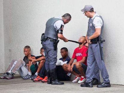 Jóvenes abordados por policías en el centro comercial Itaquera.
