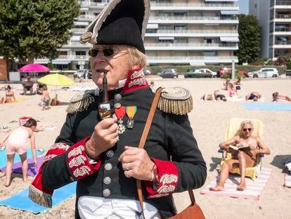 Daniel Mathieux, vestido con atuendos de la época de Napoleón en la playa de Golfo-Juan.