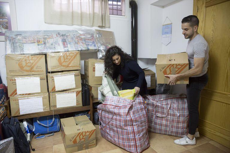 Miguel Ángel Pérez y su pareja, Cristina Llano, organizan las cajas de su mudanza, la semana pasada en Málaga.
