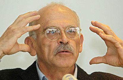 Günter Wallraff gesticula durante una conferencia de prensa el pasado día 8 en Colonia.