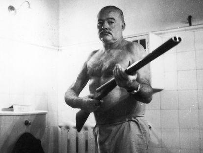 Ernest Hemingway con una escopeta, en una imagen de los años cincuenta.