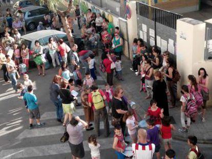 Padres, madres y alumnos ante el colegio público Migel Bordonau.