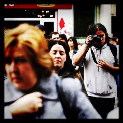 William Criollo. Ecuatoriano de 25 años. Hace fotos de manifestaciones y desahucios con su Nikon D5100. Su alias es @phierrecom.