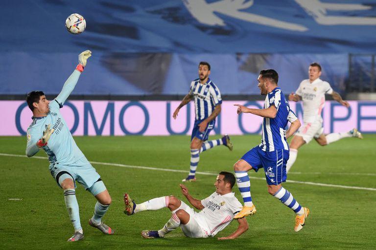 Thibaut Courtois salva un disparo de Lucas Pérez.