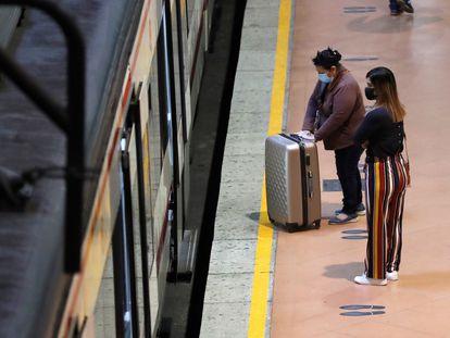 Dos mujeres se disponen a coger el tren en la estación de Madrid-Atocha el 18 de mayo.