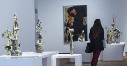 Cuatro de las esculturas de bronce de Miró expuestas en su fundación de Barcelona. Al fondo, 'Personaje, pájaro', de 1973.