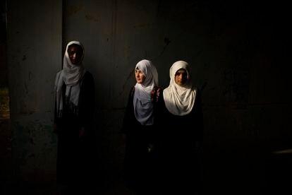 Tres alumnas de la escuela Marshal Dostum, en mayo de este año, en Sheberghan, en el norte del país, una de las primeras capitales en caer en agosto.