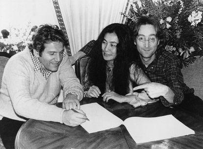 Allen Klein, Yoko Ono y John Lennon, en 1977.