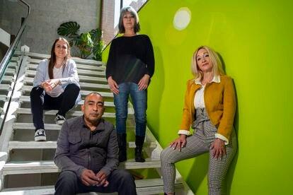 Personas sin empleo asesorados por la Fundación Intermedia. De izquierda a derecha: Bàrbara Ruiz,  Claudio Gonzàlez, Fanny Ripollès y Valeria Ibáñez.