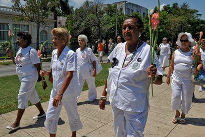 Reina Luisa Tamayo, madre del disidente Orlando Zapata, con las Damas de Blanco