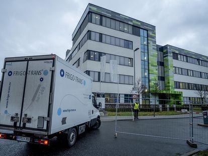 Un camión frigorífico se dirige a la sede de BioNTech en Mainz (Alemania), el pasado lunes.
