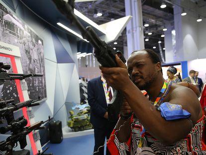 El monarca  de Esuatini, Mswati III, prueba un fusil Kalashnikov en la ciudad rusa de Sochi, durante el Foro Económico Rusia-África, el 24 de octubre de 2019.