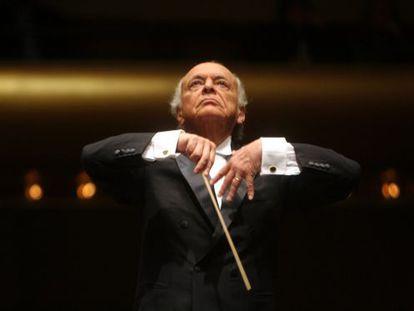 Lorin Maazel, dirigiendo a la Filamórnica de Nueva York.