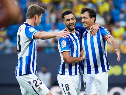 Oyarzabal, Merino y Sorloth celebran un gol de la Real ante el Cádiz el pasado domingo.