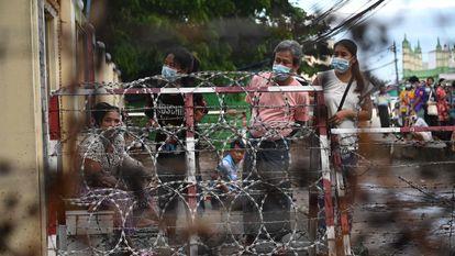 Personas esperan afuera de la prisión de Insein en Yangon este lunes, tras el anuncio de la liberación de más de 5.000 presos políticos.