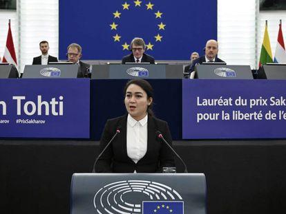 Jewher Ilham realiza su discurso tras recibir el premio de su padre en el Parlamento Europeo, en Estrasburgo.