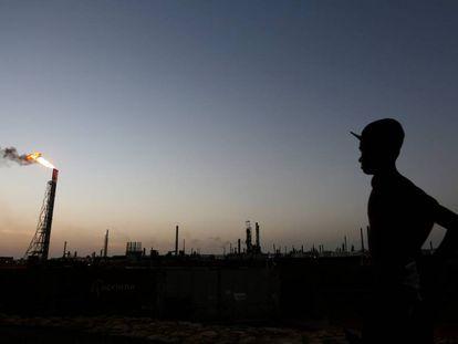 Un hombre en una refinería de Punto Fijo, Venezuela