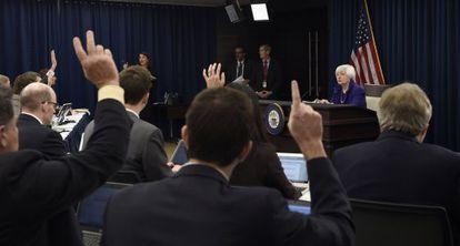 Janet Yellen se dirige a los medios tras el anuncio.