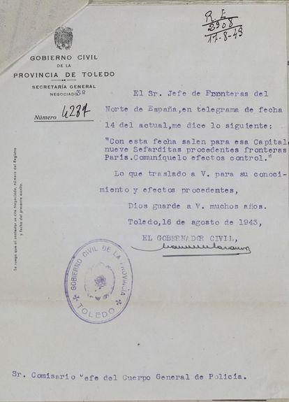 """Telegrama del gobernador civil de Toledo al comisario jefe de la ciudad en el que le informa de que nueve sefardíes, entre ellos varios de los """"bautizados"""", han salido de Francia el 14 de agosto de 1943 con destino a la ciudad castellanomanchega."""