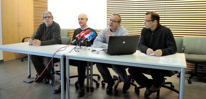 Los portavoces de los sacerdotes de Álava que ha secundado el documento sobre las ayudas sociales presentan su iniciativa este miércoles en Vitoria.
