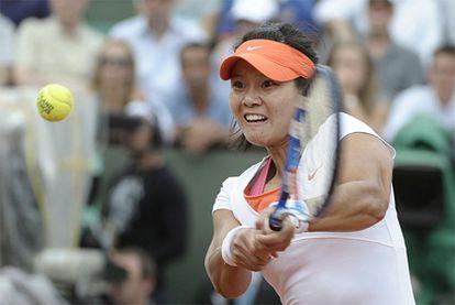 Na Li conecta un revés en la final del Roland Garros ante Schiavonne.