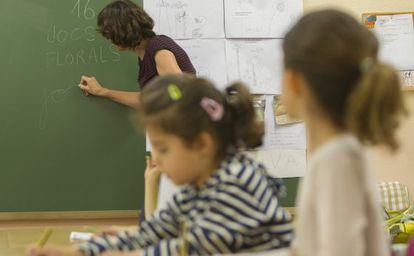 Dos alumnas, en clase de catalán en el colegio público Reina Violant, de Barcelona.