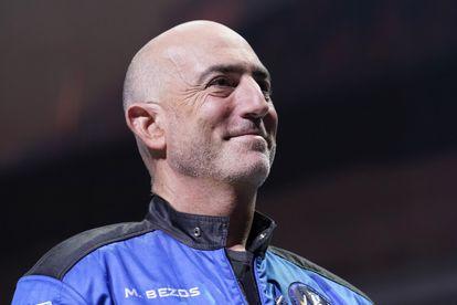 Mark Bezos, hermano del fundador de Bezos, sonríe en una conferencia después del viaje.