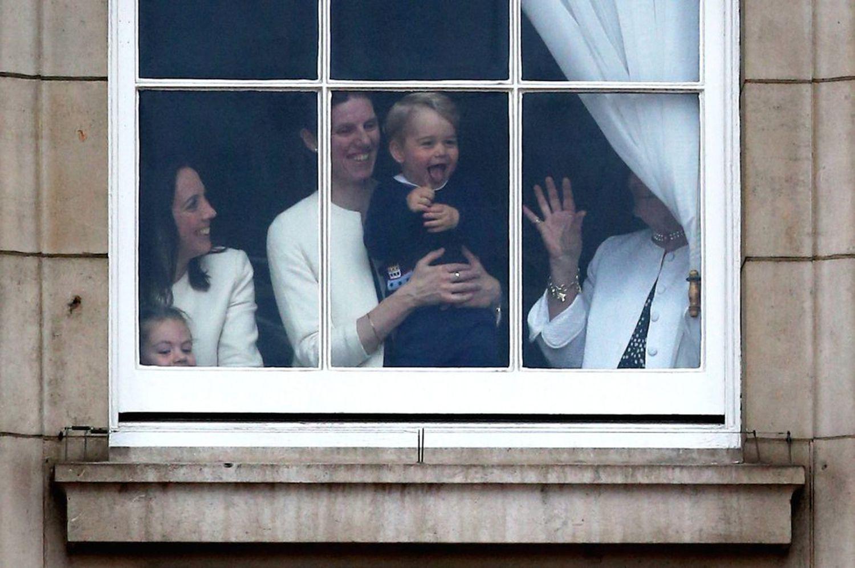 Le prince George de Cambridge avec sa concierge Maria Teresa Turrión Borrallo dans l'une des fenêtres du palais de Buckingham.