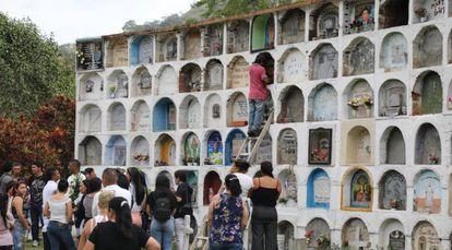 El sepelio en febrero del primer cuerpo identificado por la Justicia Especial para la Paz, en sus exhumaciones en Dabeiba.