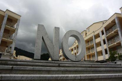 'NO', escultura del artista español Santiago Sierra expuesta en 2010 en la bienal de Carrara, Italia.