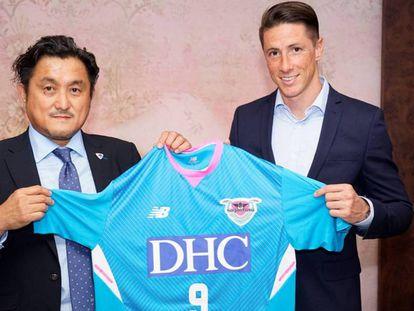 Torres posa con su nueva camiseta, la del Sagan Tosu de Japón. En vídeo, su última rueda de prensa.