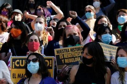 Un grupo de mujeres se manifiesta en octubre de 2020, en Santiago.