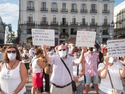 Los vecinos de San Fernando de Henares protestan este jueves en la Puerta del Sol por los problemas que el metro está causando en sus casas.