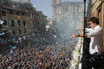 Alonso, en el balcón del Ayuntamiento, ante miles de seguidores.