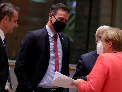 Pedro Sánchez charla con el primer ministro griego, el primer ministro de Portugal y la canciller alemana durante la cumbre europea en Bruselas.