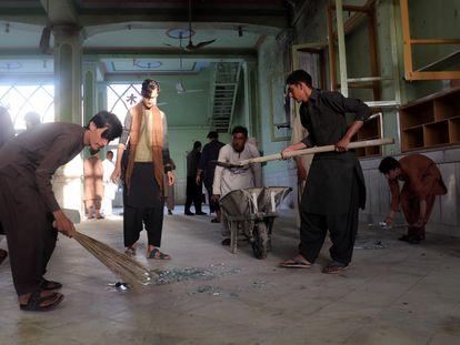 Limpieza de la mezquita chií de Kandahar (Afganistán), donde se han producido las explosiones este viernes.