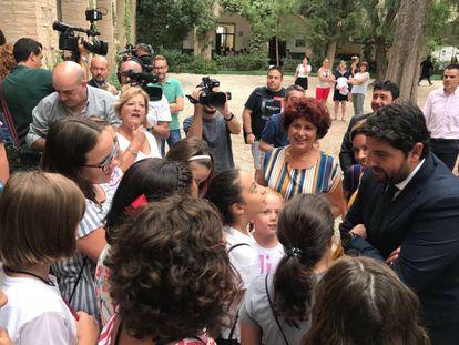 El presidente de Murcia, Fernando López Miras, saluda a los alumnos del colegio Ciudad de Begastri en Cehegín,