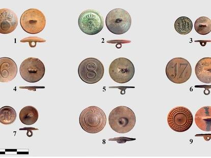 Botones hallados de las vestimentas de los militares en la batalla de Las Useras, en Castellón.