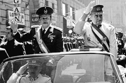 Pinochet (derecha) y el paraguayo Alfredo Stroessner, en 1974.