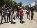Un grupo de jóvenes migrantes que se incorporó durante el estado de alarma a la campaña de la recogida de frutos rojos en Huelva, en una imagen de mayo de 2020.