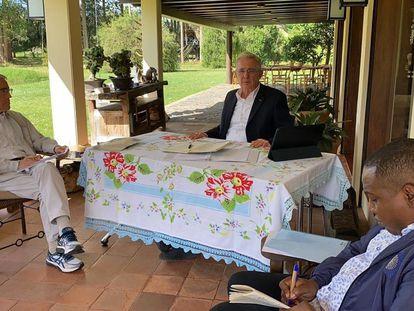 El expresidente Álvaro Uribe (centro) da su versión del conflicto armado en Colombia al presidente de la Comisión de la Verdad, el sacerdote Francisco de Roux (iziquerda) en Llano Grande, Colombia.